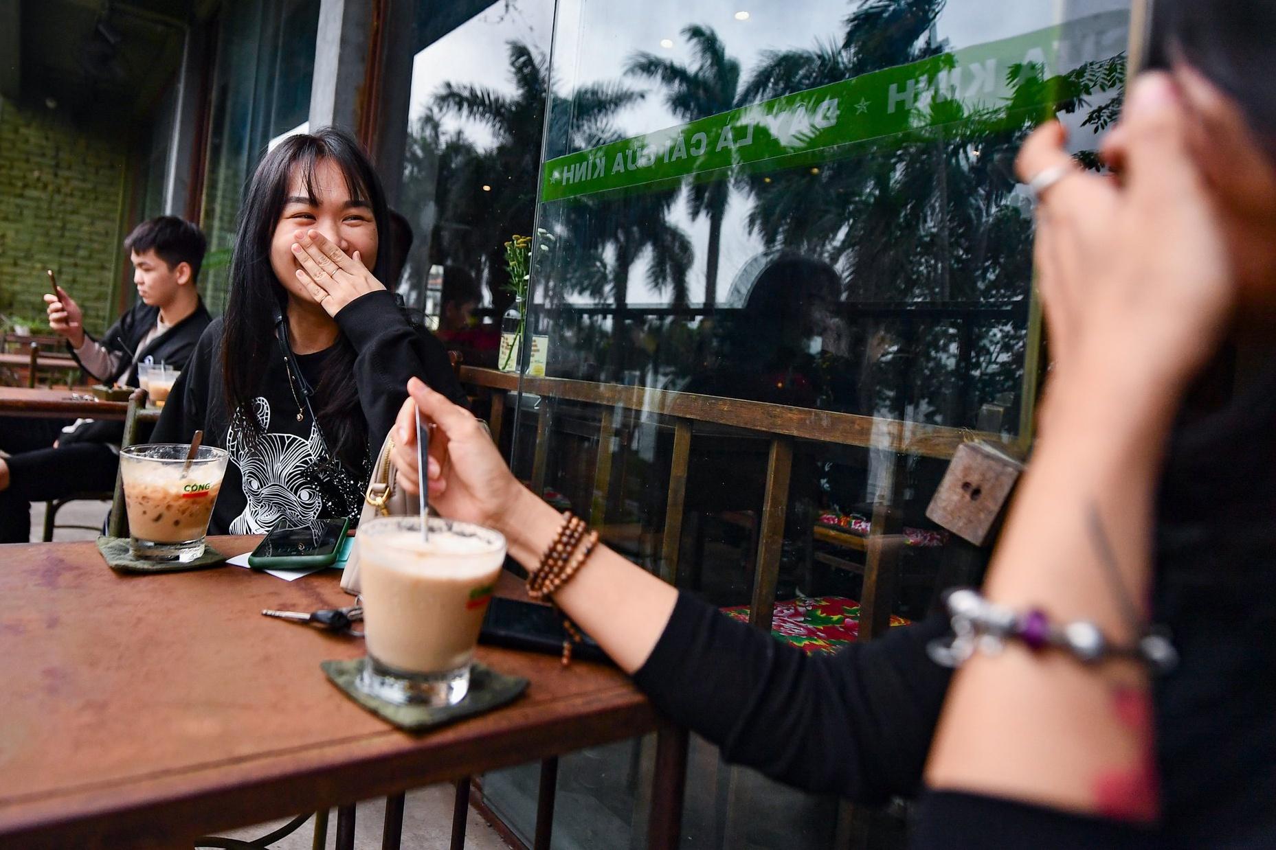 Quán cà phê ở Hà Nội đông nghịt khách ngày mở bán tại chỗ - Ảnh 8.