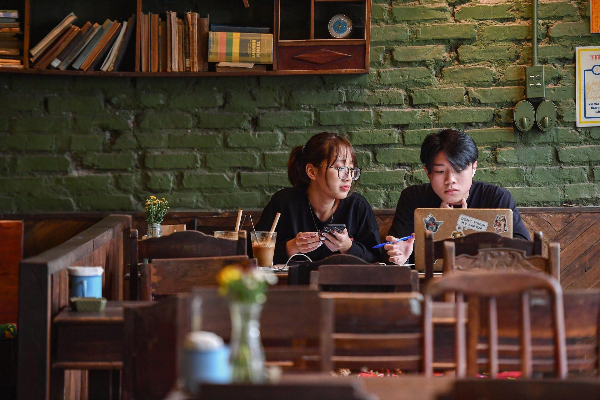 Quán cà phê ở Hà Nội đông nghịt khách ngày mở bán tại chỗ - Ảnh 7.