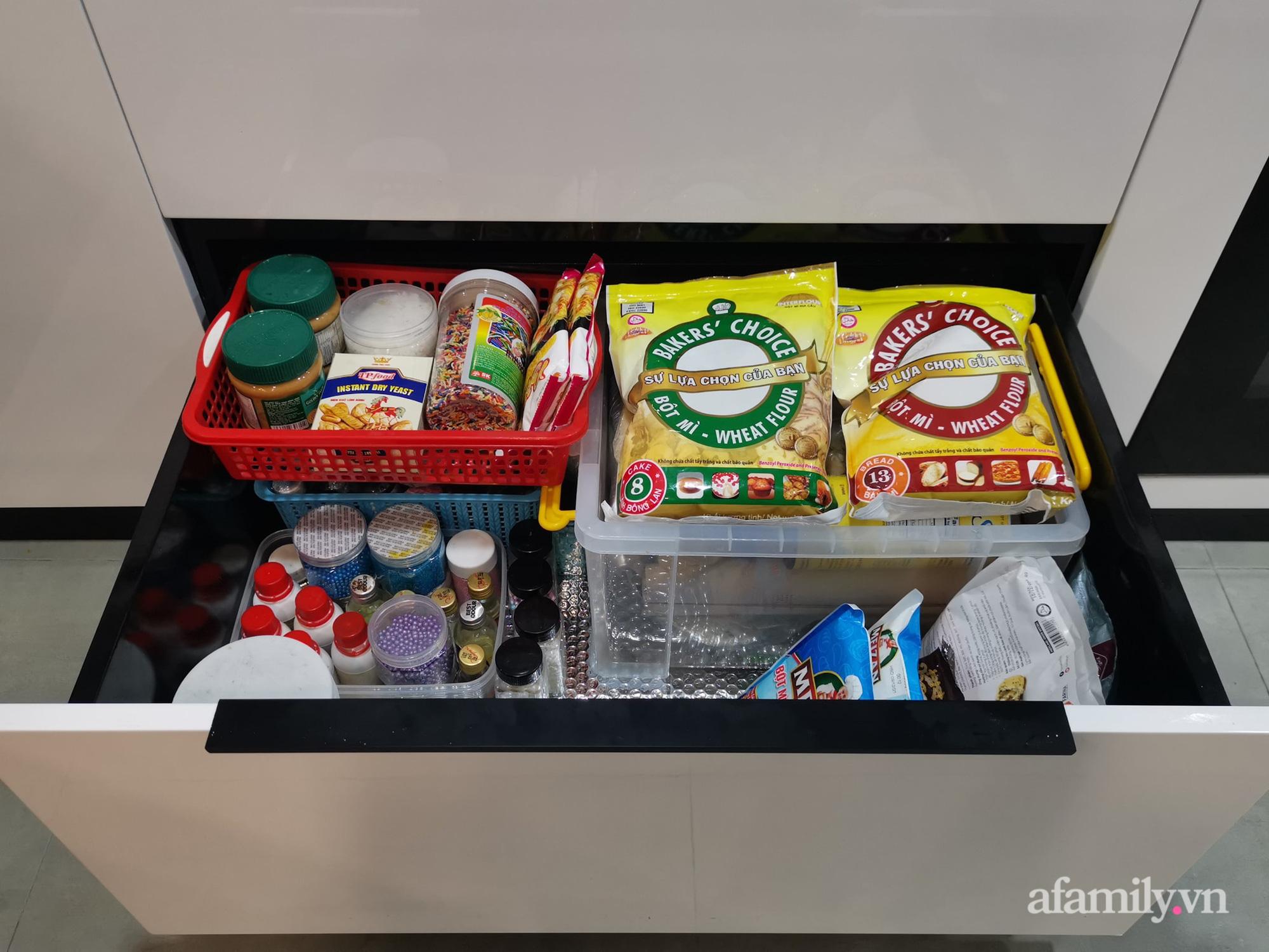 """Căn bếp 13m2 chứa """"tỉ thứ đồ"""" bên trong nhờ thiết kế """"hệ giấu"""" thông minh của người phụ nữ Hà Nội - Ảnh 12."""