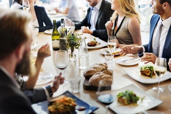 Xỉa răng ngay tại bàn ăn - điều tối kỵ khi đi ăn nhà hàng nhưng nhiều người mắc - Ảnh 2.
