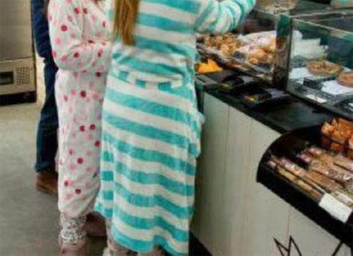 Nhiều người có thói quen mặc đồ ngủ xuống ăn sáng ở khách sạn mà không biết mình đã phạm vào điều tối kỵ này - Ảnh 3.