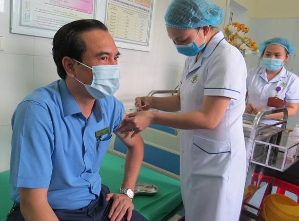 Nghệ An tổ chức tiêm vaccine COVID-19 cho các cán bộ,  y bác sĩ tuyến đầu chống dịch - Ảnh 4.