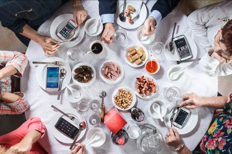 Thói quen cực kì mất lịch sự mà người Việt nên bỏ: Dùng điện thoại cá nhân ngay trong bữa ăn - Ảnh 2.