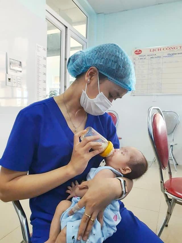 Thăm lại cháu bé sơ sinh may mắn thoát của tử khi bị bỏ rơi trong rừng tràm ở Quảng Bình - Ảnh 2.