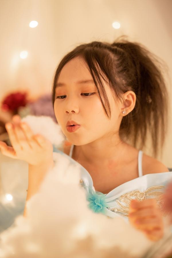 Con gái 7 tuổi của người đẹp phim Đại gia chân đất: Chững chạc, hiểu  và biết cảm thông cho mẹ - Ảnh 3.