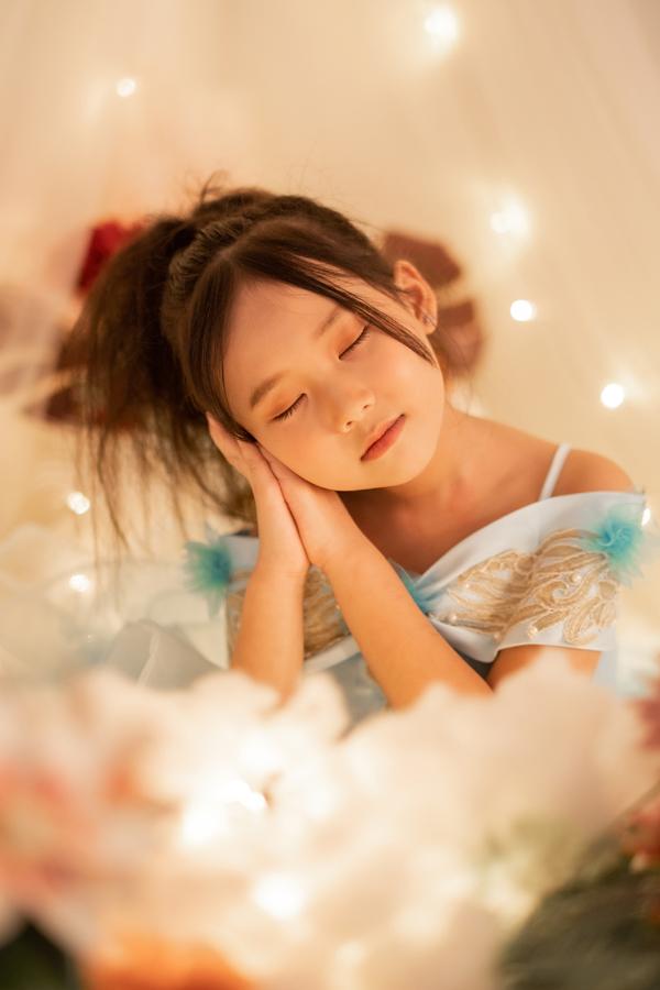 Con gái 7 tuổi của người đẹp phim Đại gia chân đất: Chững chạc, hiểu  và biết cảm thông cho mẹ - Ảnh 4.