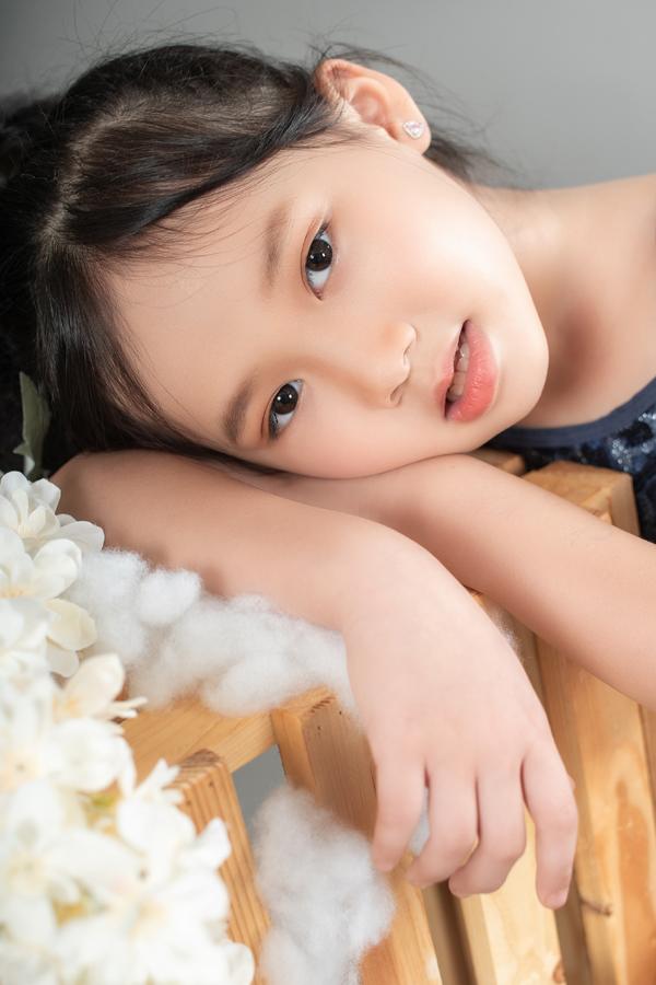 Con gái 7 tuổi của người đẹp phim Đại gia chân đất: Chững chạc, hiểu  và biết cảm thông cho mẹ - Ảnh 5.