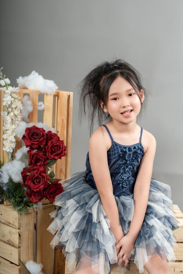Con gái 7 tuổi của người đẹp phim Đại gia chân đất: Chững chạc, hiểu  và biết cảm thông cho mẹ - Ảnh 7.