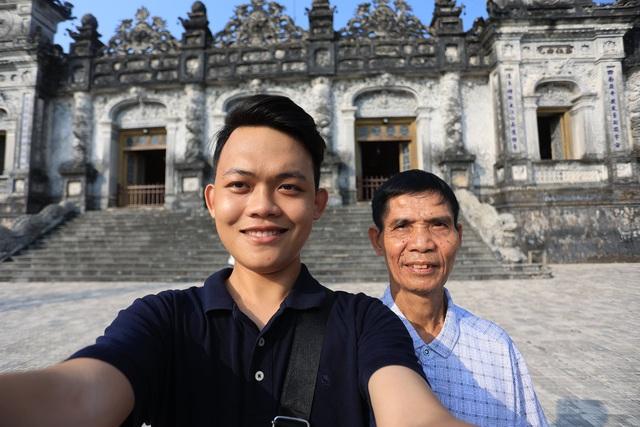 Chuyến xuyên Việt lạ của nam sinh 22 tuổi và bạn đồng hành... 74 tuổi  - Ảnh 1.