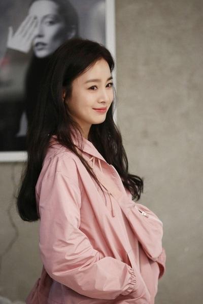 Kim Tae Hee 41 tuổi vẫn đẹp rạng ngời - Ảnh 2.