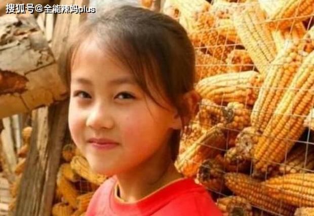 Cô bé nông thôn với nụ cười chao đảo MXH, công ty trả 3 tỉ ký hợp đồng vẫn bị phụ huynh từ chối, tuổi thơ con rốt cuộc đáng giá bao nhiêu? - Ảnh 2.