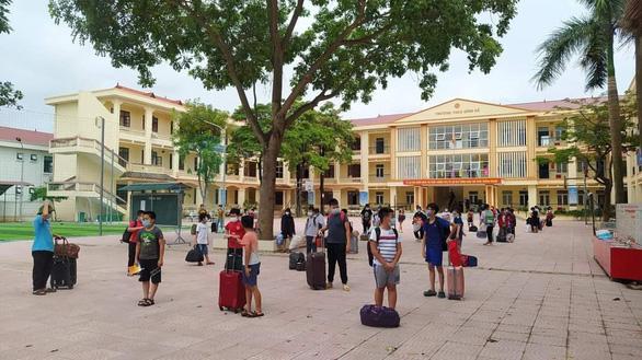 8 học sinh ở Bắc Giang mắc COVID-19, gần 800 thầy trò mang hành lý đi cách ly tập trung - Ảnh 3.