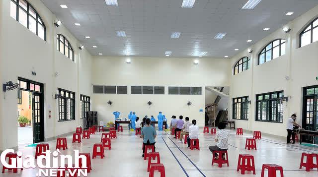 Hình ảnh hàng trăm thầy trò ở Hải Phòng lấy mẫu xét nghiệm sau khi 1 cô giáo dương tính SARS-CoV-2 - Ảnh 2.