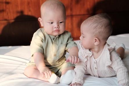 Gương mặt hoang mang của Leon nhà Hồ Ngọc Hà vì hết bị mẹ rồi lại đến chị gái Lisa mắng - Ảnh 3.