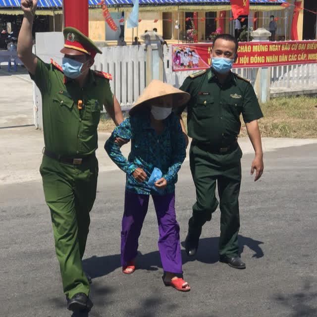 787 cử tri đặc biệt ở Thừa Thiên Huế được bầu cử ngay tại cửa phòng cách ly - Ảnh 1.