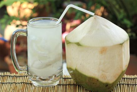 Uống nước dừa ngày nóng nhất định phải biết điều này để tránh gây hại sức khỏe - Ảnh 2.