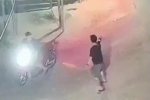 Nam thanh niên nghi cầm súng bắn nhiều phát vào nhóm người truy đuổi - Ảnh 1.
