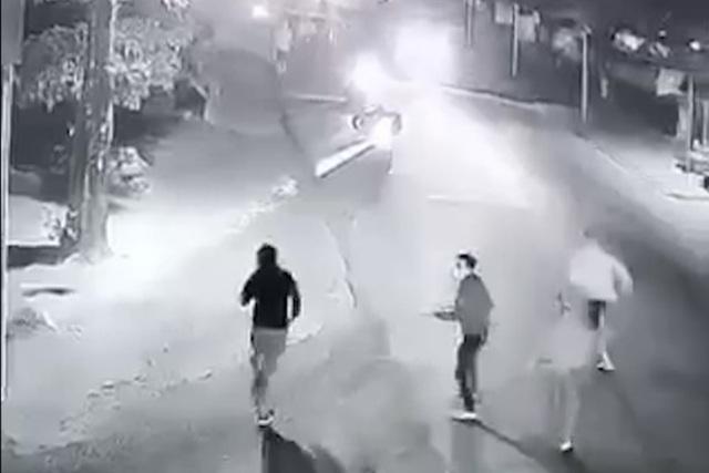 Nam thanh niên nghi cầm súng bắn nhiều phát vào nhóm người truy đuổi - Ảnh 2.