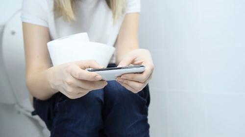 7 thói quen sử dụng nhà vệ sinh gây nhiều loại bệnh tật đáng sợ bạn nên từ bỏ ngay - Ảnh 1.