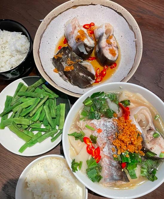 Tóc Tiên nấu canh măng chua cá hú đợi chồng đi làm về - Ảnh 3.