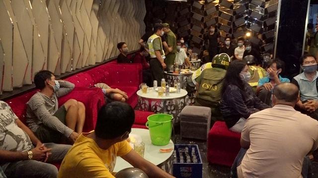 Hơn 50 khách hát karaoke, chủ quán tạo hiện trường giả che mắt công an - Ảnh 1.