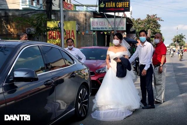 Lo ngại cách ly, đoàn rước dâu quay xe khi gần tới nhà trai ở Thuận Thành - Ảnh 6.