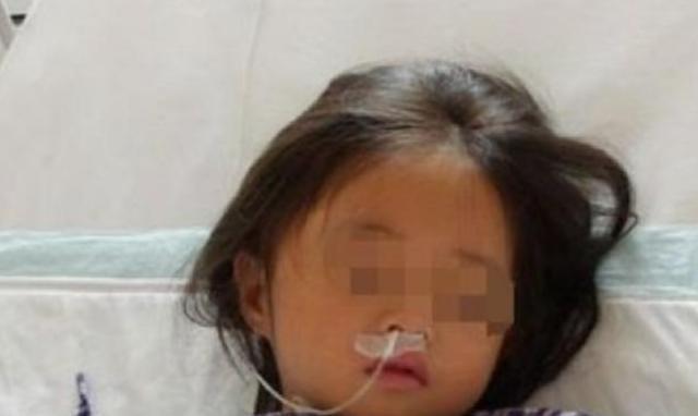 یک دختر 7 ساله از نارسایی چند عضو رنج می برد زیرا پدر و مادرش در پردازش یک قارچ مورد علاقه اشتباه کردند - عکس 1.
