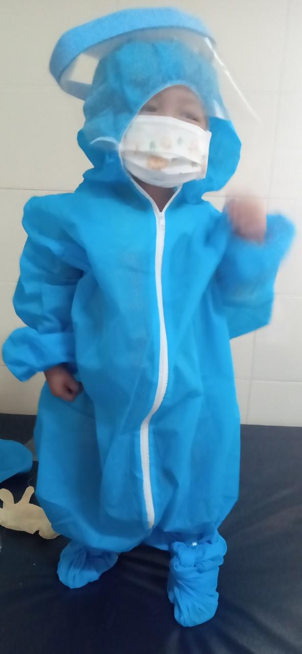 Xót thương hoàn cảnh của bé trai 3 tuổi mắc ung thư võng mạc tung tăng trở về nhà sau 28 ngày cách ly ở bệnh viện K - Ảnh 2.