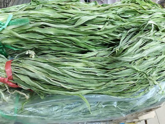 Bó rau khô như nắm rơm mà giá tận 500.000 đồng/kg, khách Thủ đô muốn ăn phải đặt trước nửa tháng - Ảnh 1.