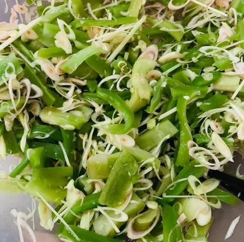 Bó rau khô như nắm rơm mà giá tận 500.000 đồng/kg, khách Thủ đô muốn ăn phải đặt trước nửa tháng - Ảnh 4.
