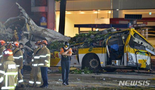 Vụ tòa nhà 5 tầng đổ sập đè nát xe buýt: Nhân viên cứu hỏa mô tả cảnh hiện trường ám ảnh, chỉ vài lời chia sẻ đã gây xúc động mạnh - Ảnh 4.