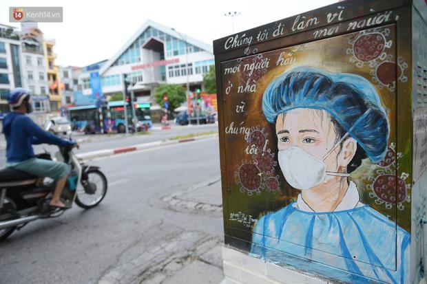 عکس: تیرهای برق در هانوی تصویر یک سرباز خط مقدم قابل توجه را در برابر اپیدمی قرار داده است - عکس 2.