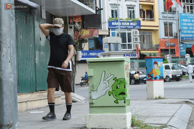 عکس: تیرهای برق در هانوی تصویر یک سرباز خط مقدم قابل توجه را در برابر اپیدمی قرار داده است - عکس 8.