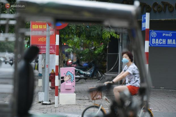 عکس: تیرهای برق در هانوی تصویر یک سرباز خط مقدم قابل توجه را در برابر اپیدمی قرار داده است - عکس 10.