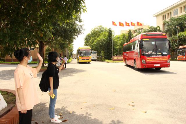 Lễ xuất quân trong đêm của hơn 300 sinh viên trường Y Hải Dương chia lửa với tâm dịch TP. Hồ Chí Minh - Ảnh 5.