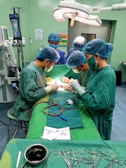 Nghệ An: Cứu sống bé sơ sinh có nội tạng nằm ngoài ổ bụng - Ảnh 2.