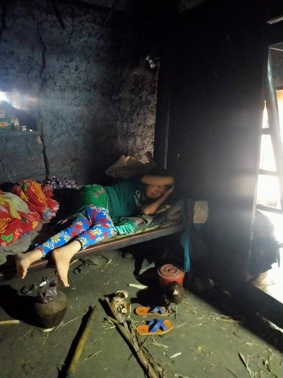 """Bố bị thần kinh, cô gái dân tộc bị suy thận đành nằm nhà """"chờ chết"""" vì không có tiền - Ảnh 2."""