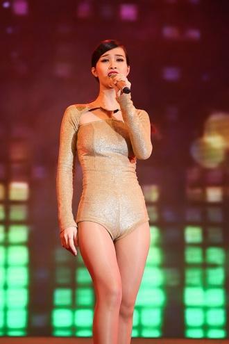 Đông Nhi diện đầm nude bó sát dễ gây hiểu nhầm không mặc gì - Ảnh 7.