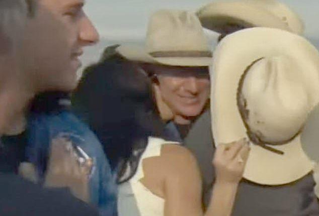Tỷ phú Amazon thành công bay vào vũ trụ: Kẻ thứ 3 xuất hiện với gương mặt khác lạ, đáng chú ý là thái độ của vợ cũ - Ảnh 10.