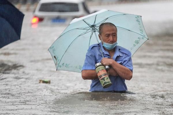 Cảnh tượng mưa lũ hàng nghìn năm có một ở Trung Quốc: Khiếp sợ cảnh cô gái đang đi đường bị cuốn lũ trôi, cảnh sát ra sức cứu - Ảnh 3.
