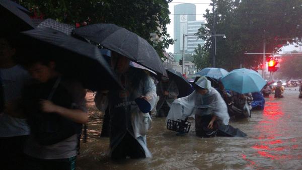 Cảnh tượng mưa lũ hàng nghìn năm có một ở Trung Quốc: Khiếp sợ cảnh cô gái đang đi đường bị cuốn lũ trôi, cảnh sát ra sức cứu - Ảnh 4.