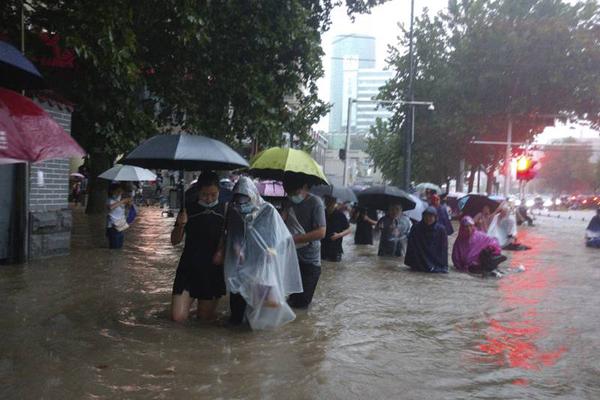 Cảnh tượng mưa lũ hàng nghìn năm có một ở Trung Quốc: Khiếp sợ cảnh cô gái đang đi đường bị cuốn lũ trôi, cảnh sát ra sức cứu - Ảnh 5.