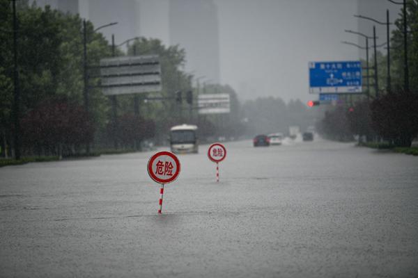 Cảnh tượng mưa lũ hàng nghìn năm có một ở Trung Quốc: Khiếp sợ cảnh cô gái đang đi đường bị cuốn lũ trôi, cảnh sát ra sức cứu - Ảnh 6.