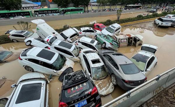 Cảnh tượng mưa lũ hàng nghìn năm có một ở Trung Quốc: Khiếp sợ cảnh cô gái đang đi đường bị cuốn lũ trôi, cảnh sát ra sức cứu - Ảnh 7.