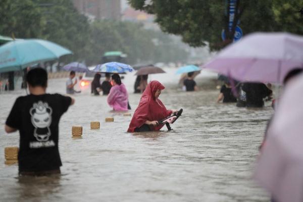 Cảnh tượng mưa lũ hàng nghìn năm có một ở Trung Quốc: Khiếp sợ cảnh cô gái đang đi đường bị cuốn lũ trôi, cảnh sát ra sức cứu - Ảnh 9.
