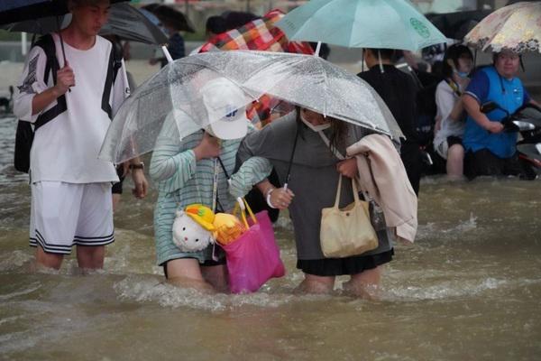 Cảnh tượng mưa lũ hàng nghìn năm có một ở Trung Quốc: Khiếp sợ cảnh cô gái đang đi đường bị cuốn lũ trôi, cảnh sát ra sức cứu - Ảnh 10.