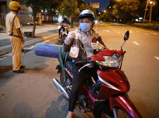 Cái kết chỉ có trong cổ tích của ông bố chở bình oxy ra đường giờ giới nghiêm và tình nghĩa với người dưng ở Sài Gòn - Ảnh 2.