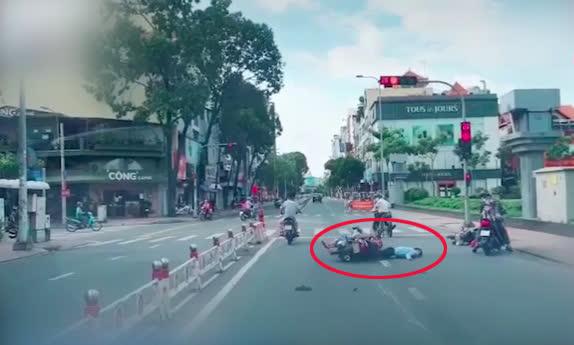 Chỉ vì cái chỉ tay phía sau, người đàn ông đi xe máy gây tai nạn kinh hoàng - Ảnh 2.