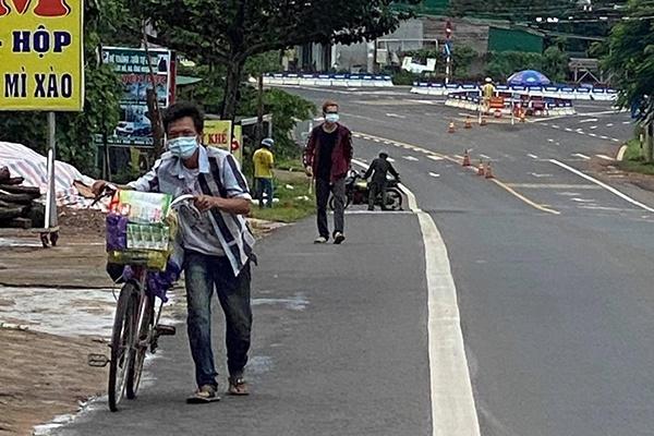 Hai anh em đi bộ từ Bình Dương về Đắk Lắk, dọc đường được tặng xe máy - Ảnh 1.