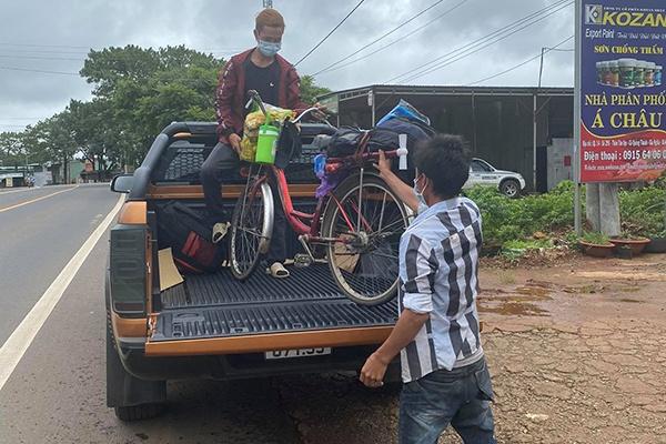 Hai anh em đi bộ từ Bình Dương về Đắk Lắk, dọc đường được tặng xe máy - Ảnh 2.